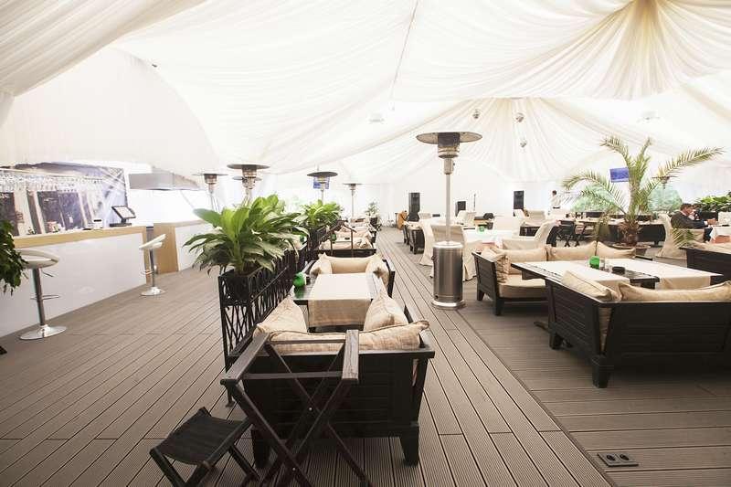 Летняя терраса компании Террадек в ресторане Паризьен